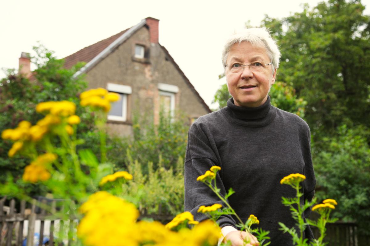 Sabine hinter Färberpflanze und Kartffelvertreiberwunder Rainfarn