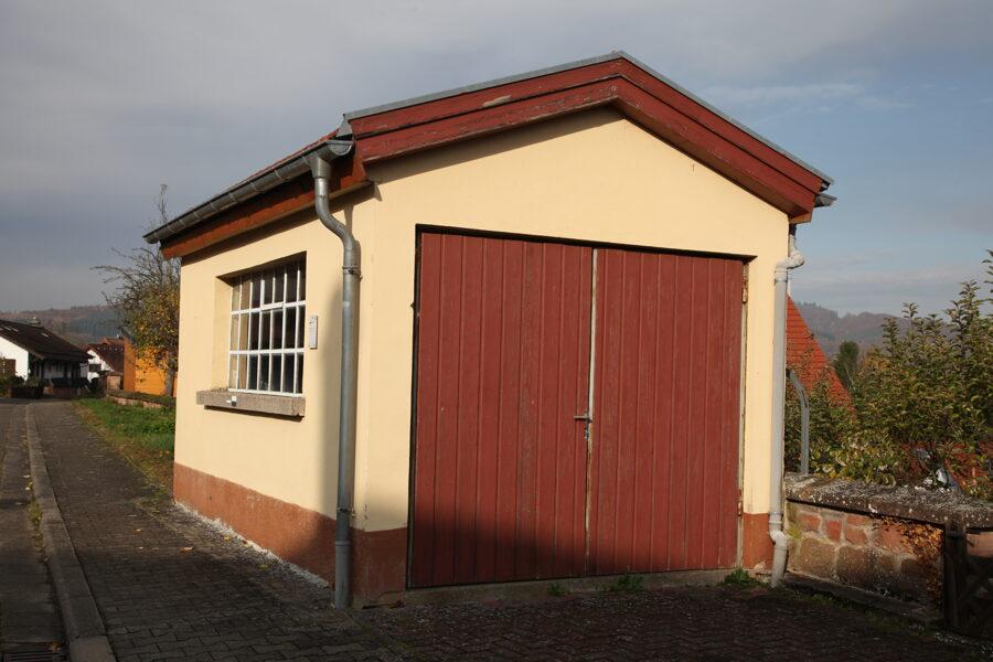 Nee, das nicht, aber falls Du hier ein Haus verkaufst, Jettenbacher*innen von früher suchst oder Deine Postkartensammlung verschenken willst, schreib uns.