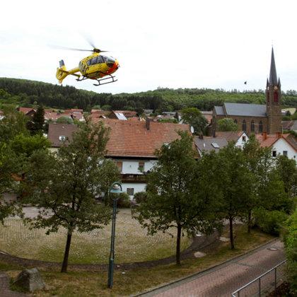Dorfplatz noch vor Renovierung als Landeplatz für Luftrettung 2011
