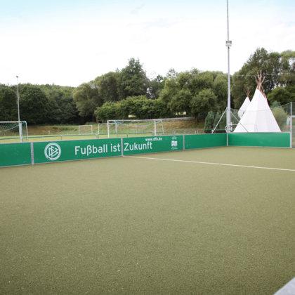 Fußball für Groß und Klein: Kleiner Bolzplatz neben großem Rasenplatz