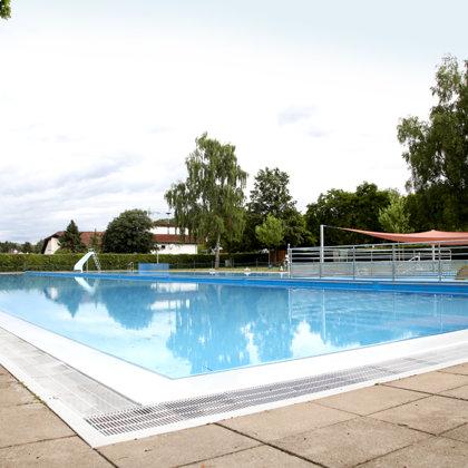 Freibad mit 50-Meter-Becken, Nichtschwimmerbereich und Babyplanschbecken