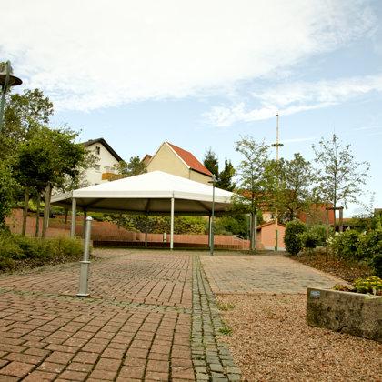 """""""Kerwezelt"""" am Dorfplatz"""