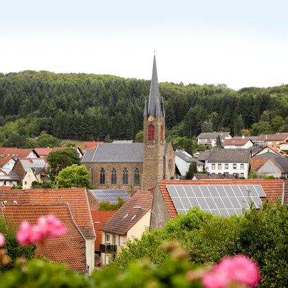 Von der oberen Höhstraße aus gesehen wirkt die Kirche noch gigantischer.